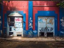 Pintada en las paredes constructivas abandonadas Fotografía de archivo