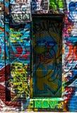 Pintada en las paredes y puerta en el callejón de la pintada, Baltimore Foto de archivo