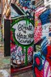 Pintada en puertas en el callejón de la pintada, Baltimore Fotografía de archivo