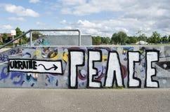 Pintada en una pista del scateboard con la paz de Ucrania del lema Fotos de archivo