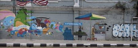 Pintada larga de animales lindos y de la vida en las calles en una pared de una calle de Kuala Lumpur en Malasia imagenes de archivo