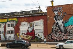 Pintada, Minsk, Bielorrusia, calle de Oktyabrskaya, arte de la calle hecho por el artista brasileño Ramon Martins, calle del Bras fotografía de archivo libre de regalías