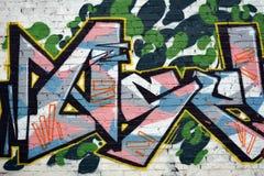 Pintada, pared colorida en un edificio viejo, parte de la ciudad, en donde los artistas adornaron los edificios y las paredes vie Imagenes de archivo