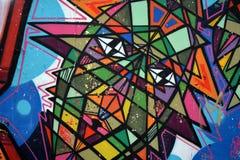 Pintada, pared colorida en un edificio viejo, parte de la ciudad, en donde los artistas adornaron los edificios y las paredes vie Foto de archivo