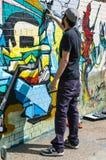 Pintada urbana del dibujo del artista en una pared en Shoreditch Fotos de archivo libres de regalías