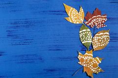 Pintado à mão nas folhas de outono secas fotos de stock