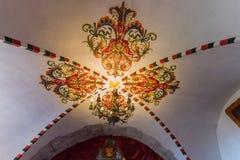Pintado com testes padrões decorativos do teto de uma casa rica medieval, um castelo lugar histórico, sightseeing Imagens de Stock Royalty Free