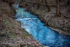 Pintado em um rio azul brilhante imagens de stock