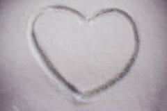Pintado en un símbolo del corazón de la nieve de la superficie plana Fotografía de archivo libre de regalías