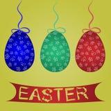 Pintado huevos de Pascua azules, verdes, rojos en las cuerdas con los arcos stock de ilustración