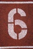 '6' pintado na pista de atletismo Foto de Stock