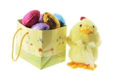 Pintainho do brinquedo e saco de compra com ovos de Easter Fotografia de Stock Royalty Free