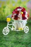 Pintainho do cartão da Páscoa em uma bicicleta com ovos da páscoa Fotos de Stock Royalty Free