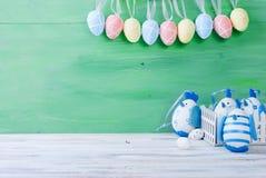 Pintainho e ovos da páscoa no ninho Imagens de Stock Royalty Free