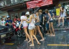 Pintainhos selvagens e travesti que obstruem carros na rua em Songkran Fotografia de Stock