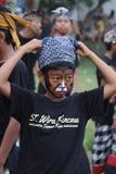 Pintan al muchacho y en traje tradicional en Bali Fotografía de archivo
