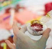 Pintando e decorando ovos da páscoa Imagens de Stock
