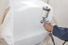Pintando o corpo danificado do elemento do automobilístico a porta com foto de stock royalty free