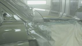 Pintando um carro de SUV em uma cabine de pulverizador moderna Pintura profissional do carro Proteção de corrosão, indústria filme