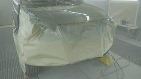 Pintando um carro de SUV em uma cabine de pulverizador moderna Pintura profissional do carro Proteção de corrosão, indústria video estoque