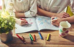 Pintando um livro para colorir Imagens de Stock Royalty Free