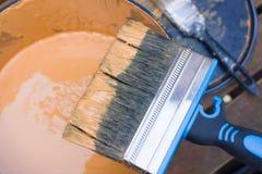 Pintando uma vertente foto de stock