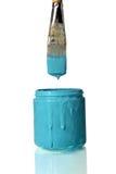 Pintbrush plongeant dans le bidon de peinture de sarcelle d'hiver Images stock