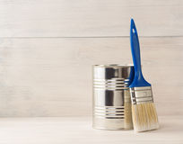Pinte a cubeta e o pincel na madeira Fotos de Stock Royalty Free