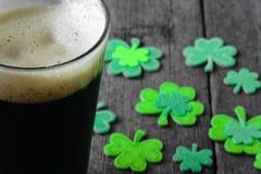 Pinte de bière vaillante avec l'oxalide petite oseille vert Photos stock