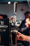 Pinte de Guinness avec l'indication par les doigts Photo libre de droits