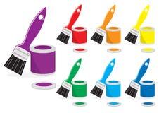 Pinte e escovas em cores do arco-íris Fotografia de Stock Royalty Free