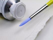 Pinte el tubo con el cepillo erizado azul Foto de archivo