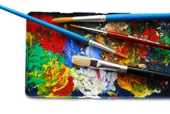 Pinte la gama de colores con los cepillos Imagen de archivo