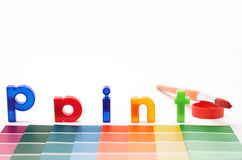 Pinte las cartas, el cepillo y las muestras del color de papel Imagenes de archivo