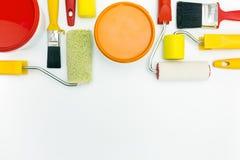 Pinte las herramientas con las latas de la pintura foto de archivo
