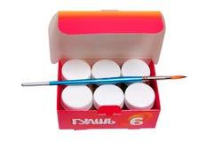Pinte las latas con la brocha Imagen de archivo libre de regalías