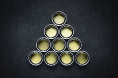 Pinte las latas en negro imagen de archivo libre de regalías