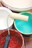 Pinte las latas y el rodillo Foto de archivo