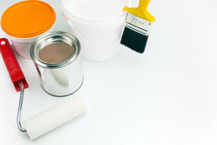 Pinte las latas y las herramientas de la pintura imagenes de archivo