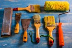 Pinte los accesorios en una tabla de madera ciánicos Foto de archivo libre de regalías