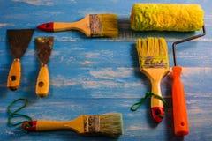 Pinte los accesorios en una tabla de madera ciánicos Imagenes de archivo