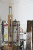 Pinte los caballetes salpicados en Art Studio Foto de archivo libre de regalías