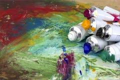Pinte los colores en la paleta del artista fotos de archivo