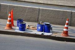 Pinte los compartimientos Conos del camino con las rayas anaranjadas y blancas foto de archivo