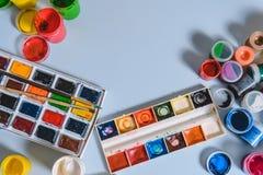 Pinte los huevos coloreados en el tablero blanco fotografía de archivo
