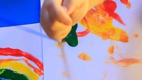 Pinte los puntos verdes con el cepillo metrajes