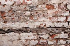 Pinte o descascamento fora da parede de tijolo Fotos de Stock Royalty Free