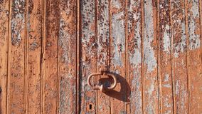 Pinte o descascamento fora da porta Foto de Stock