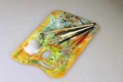 Pinte a paleta com escovas Fotografia de Stock