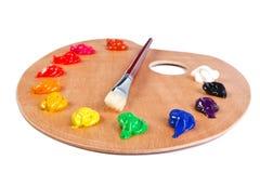 Pinte a paleta e a escova isoladas no branco Fotografia de Stock Royalty Free